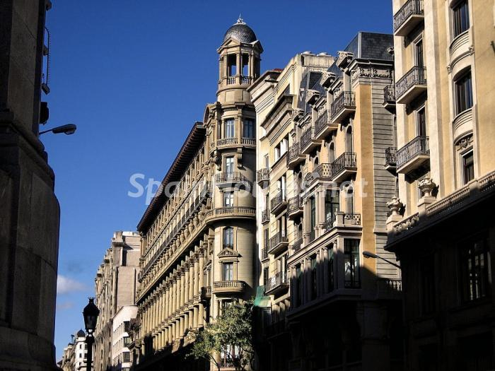 edificios barcelona1 - La creación de empresas y la inversión, buscan de nuevo refugio en el sector inmobiliario