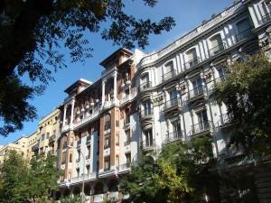 edificios madrid 300x225 - Crece la demanda de edificios residenciales para reconvertirlos en apartamentos turísticos