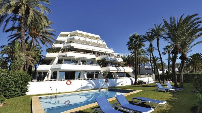 edificioypiscina 1 - Precioso apartamento con decoración elegante y serena junto al mar en Marbella