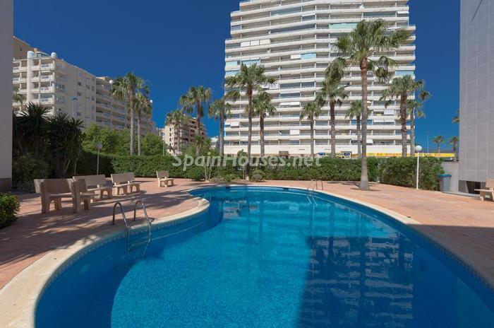 edificioypiscina - Escapada económica a la playa en un apartamento en Calpe (Costa Blanca, Alicante)
