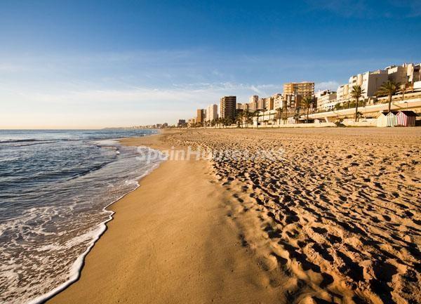 Viviendas en primera línea de playa en El Campello (Alicante, Costa Blanca)