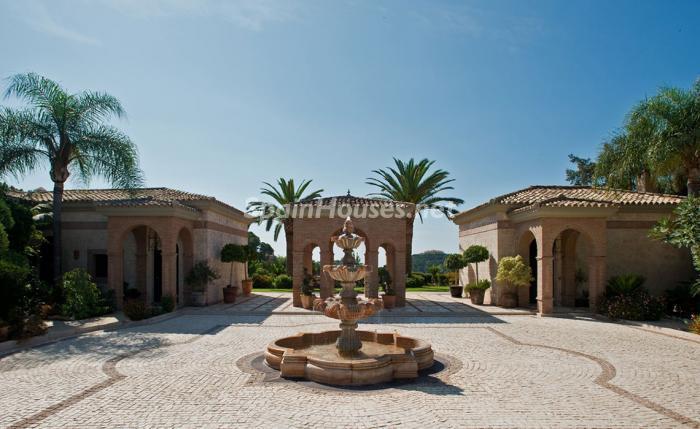 entrada exterior 1 - Espectacular villa llena de romanticismo, elegancia y lujo en Benahavís (Costa del Sol)