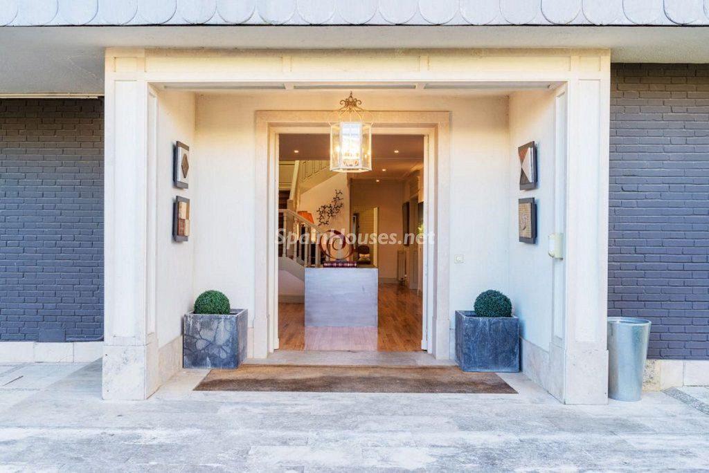 entrada exterior 3 1024x684 - Fantástica casa con piscina y un hermoso jardín en Villanueva de la Cañada (Madrid)