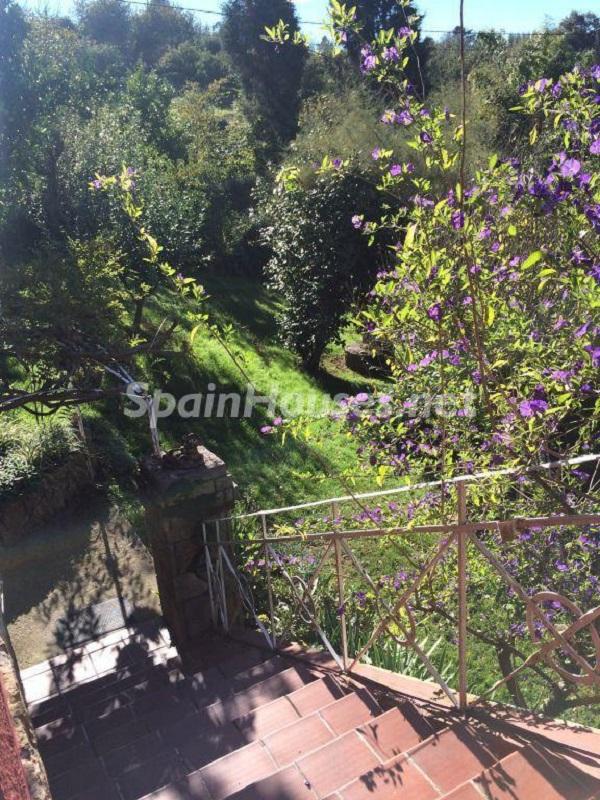 escalera acceso1 - Casa primaveral en Villaviciosa (Asturias): encanto, naturaleza y un romántico jardín