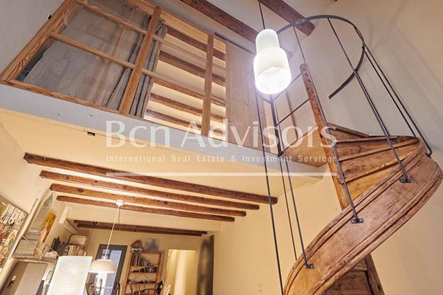 escalera barcelona - Este amplio apartamento con piscina en Barcelona es ideal para descansar y disfrutar de la ciudad