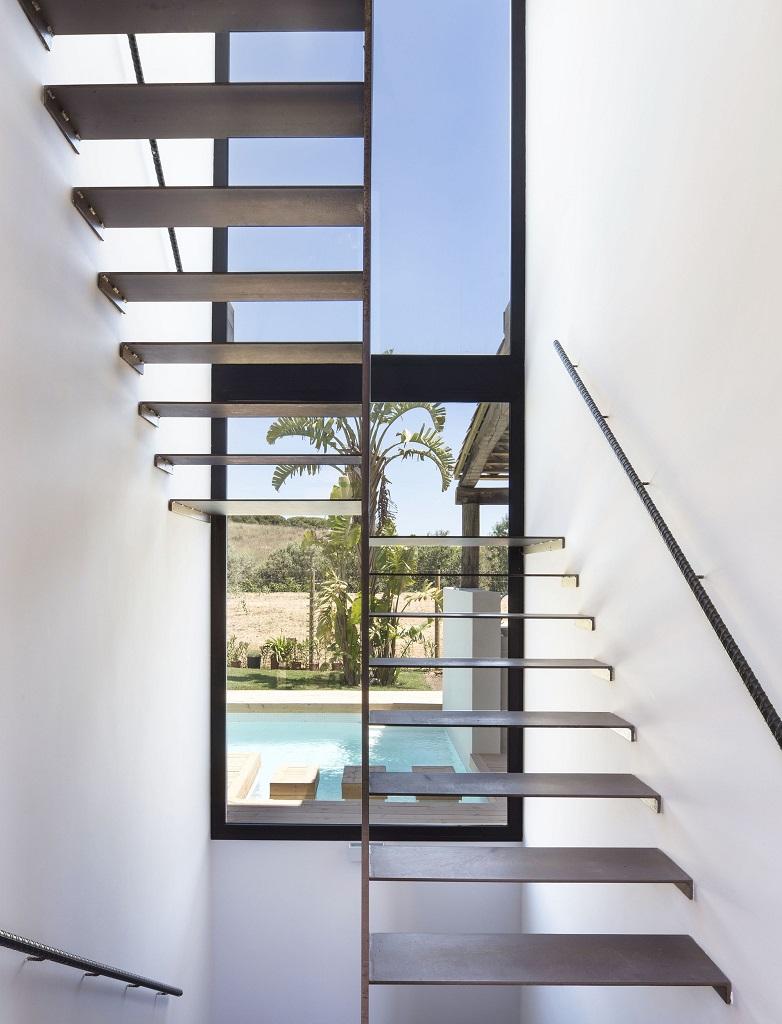 escalera2 - Fantástica casa llena de luz y elegante sencillez en Badalona (Barcelona)