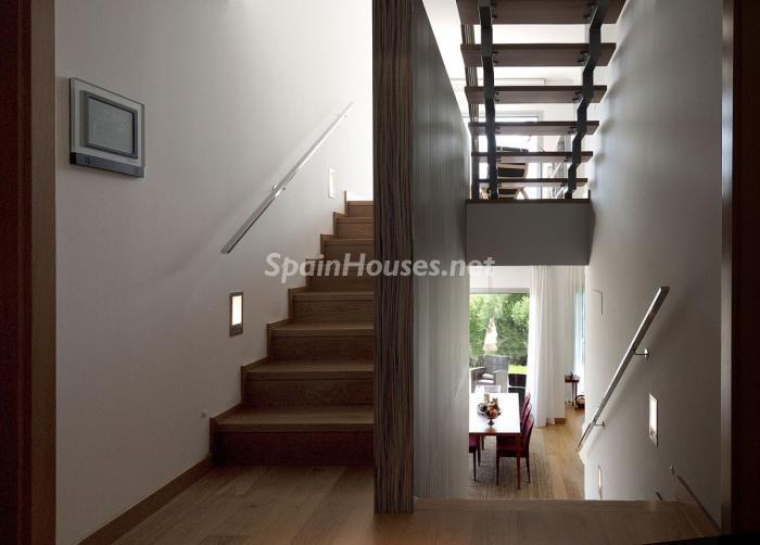 escaleras 1 - Arquitectura bioclimática en un moderno chalet de diseño en Somió, Gijón (Asturias)