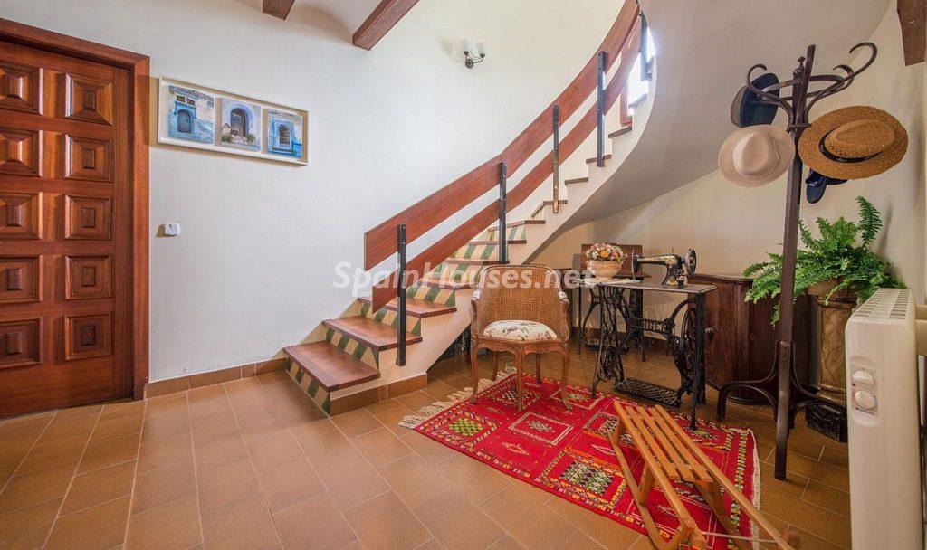 escaleras 10 1024x608 - Preciosa casa rústica entre viñedos y naturaleza en el Bajo Penedés, Tarragona