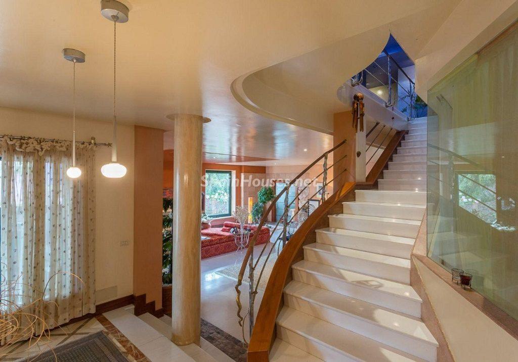 escaleras 6 1024x716 - Lujosa serenidad clásica en una espectacular casa en Las Palmas de Gran Canaria