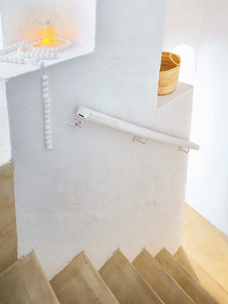 escaleras 7 768x1024 - Navidad blanca, sutil y nórdica en un cortijo andaluz de ensueño en Málaga