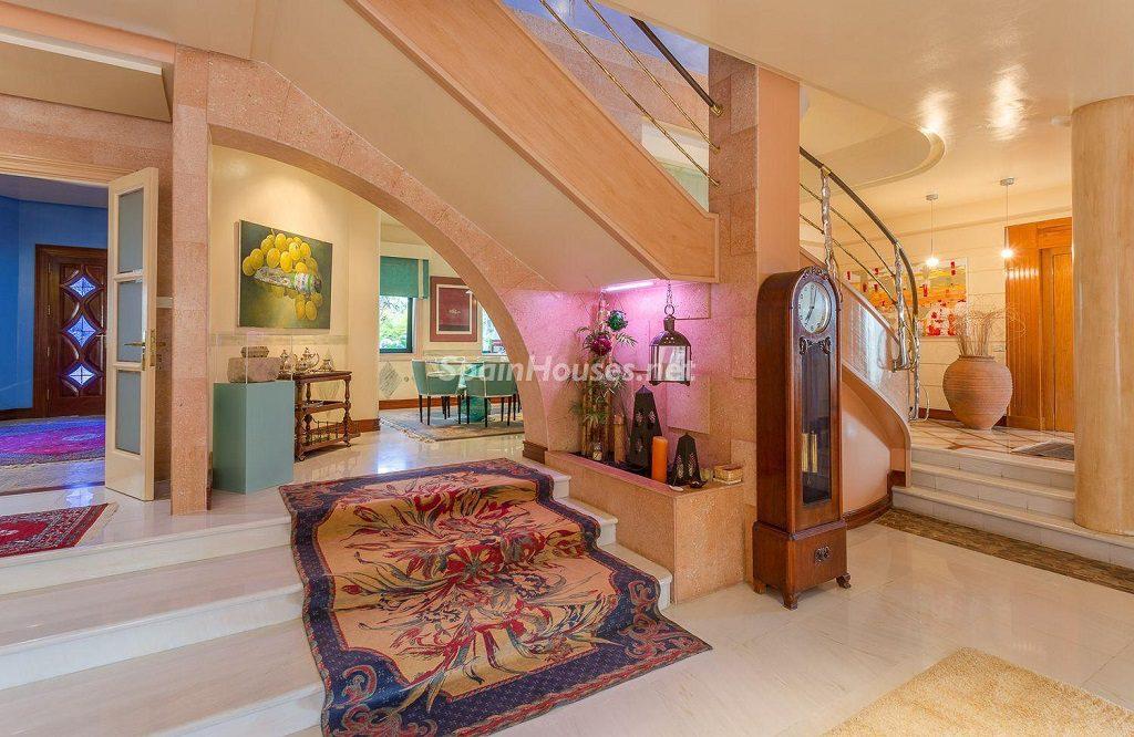 escaleras1 1 1024x666 - Lujosa serenidad clásica en una espectacular casa en Las Palmas de Gran Canaria