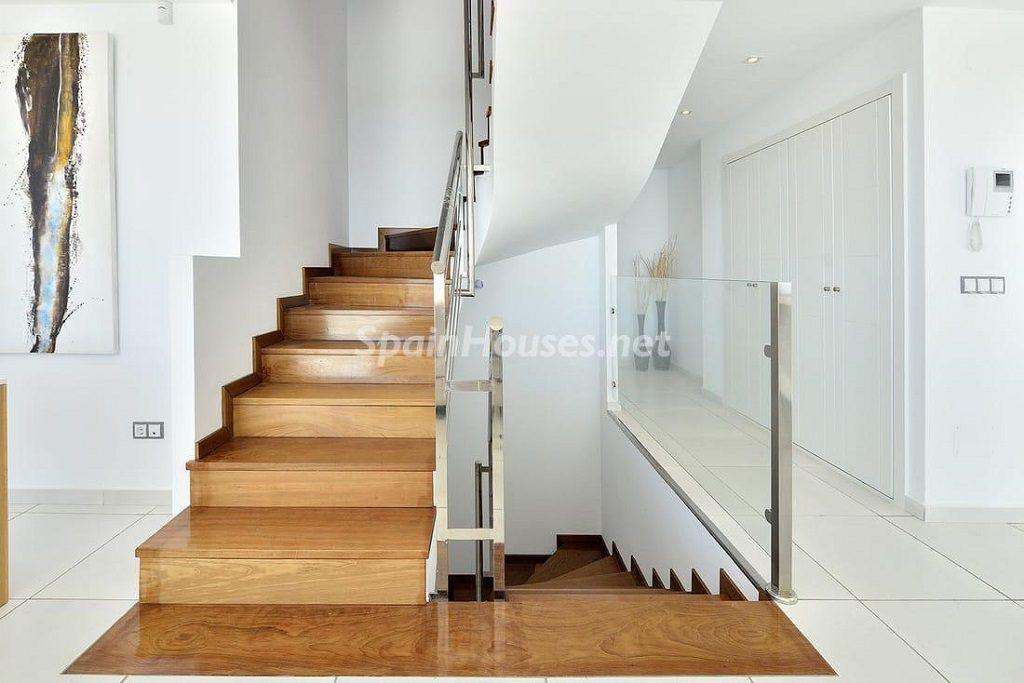 escaleras1 2 1024x683 - Precioso toque nórdico a estrenar con vistas al mar en Benalmádena (Costa del Sol, Málaga)
