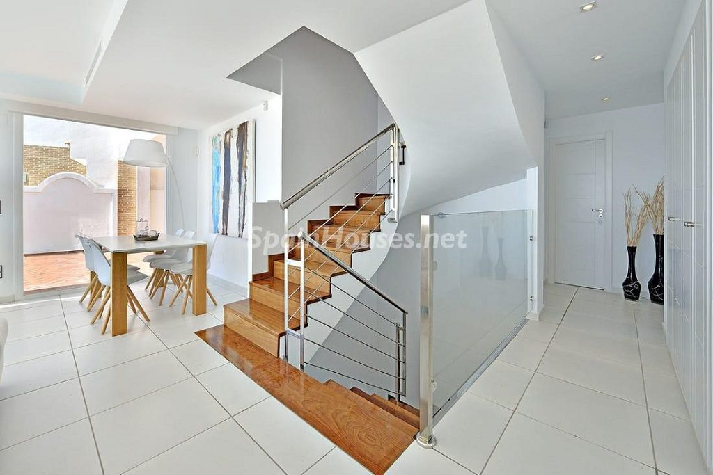 escaleras2 1024x683 - Precioso toque nórdico a estrenar con vistas al mar en Benalmádena (Costa del Sol, Málaga)