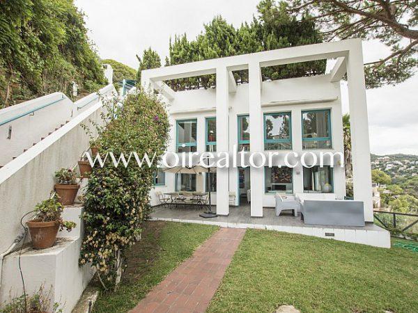espectacular casa de diseno con vistas privilegiadas 5 600x450 - La Costa Brava se llena de color y dinamismo gracias a esta espectacular casa de diseño