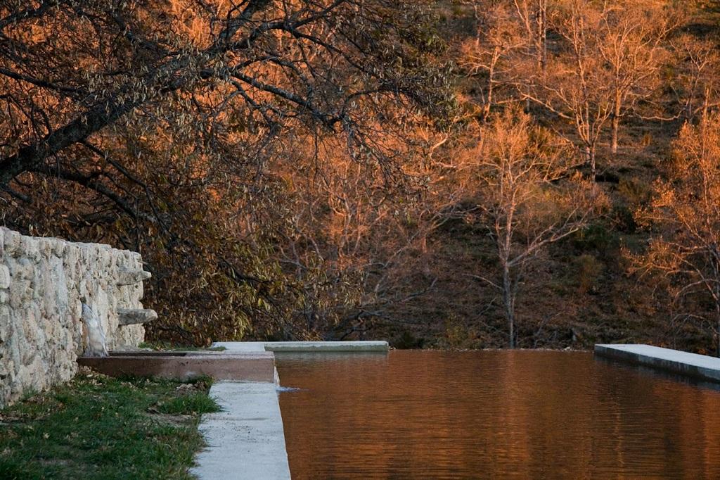 estanque otoño - De antiguo establo rural a fantástica casa rústica en Cáceres: un remanso de paz y naturaleza