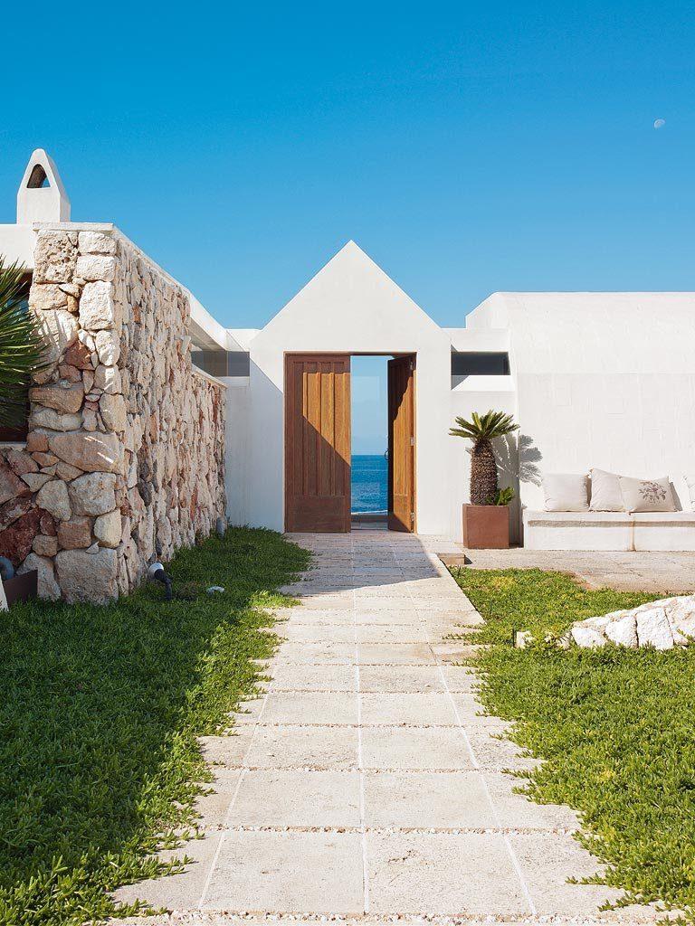 exterior casa 2 768x1024 - Un precioso de refugio otoñal en una casa llena de luz en Menorca (Baleares)