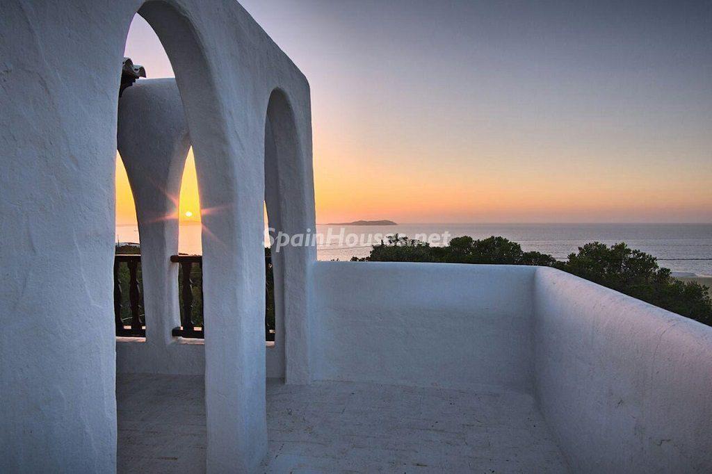 exterior casayatardecer 1024x682 - Atardecer mágico en Ibiza: Casa en alquiler de puro estilo ibicenco y encanto mediterráneo
