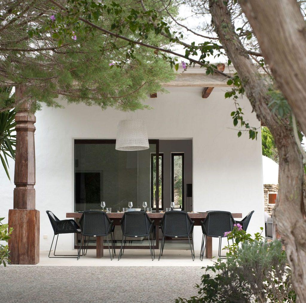 exterior comedor 1024x1013 - Casa rústica y moderna en Ibiza (Baleares): diseño mediterráneo que enamora