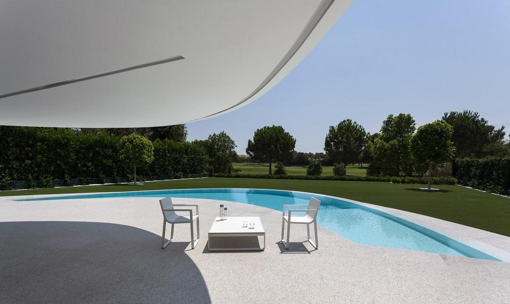 exterior golf1 - Espectacular casa de diseño elíptico en el campo de golf de Bétera, Valencia