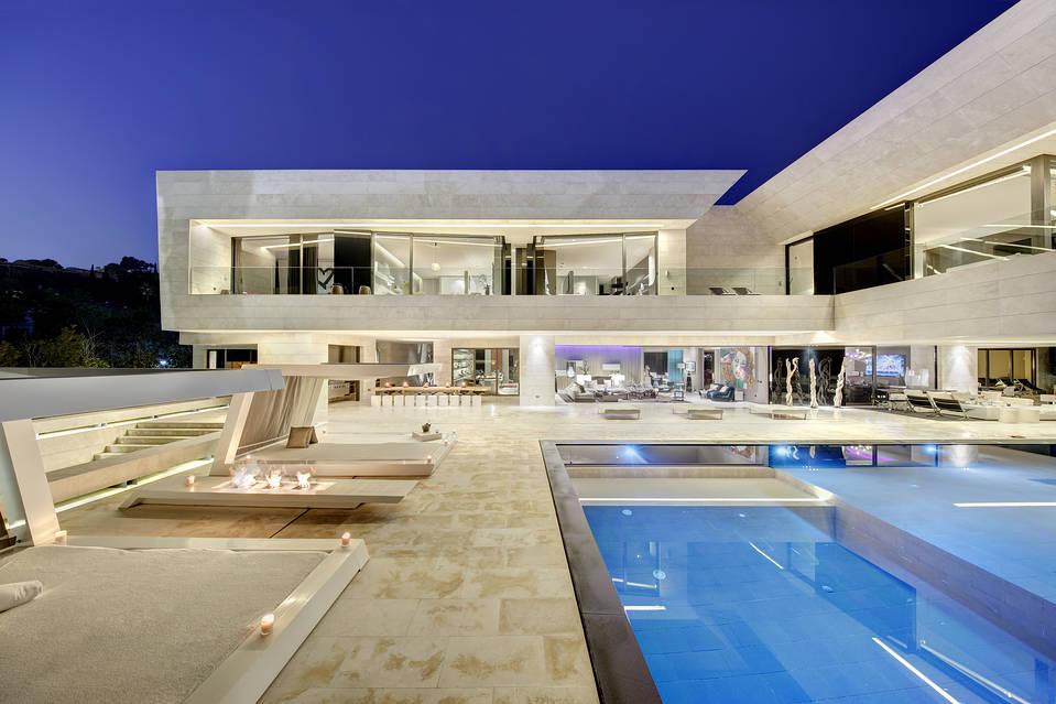 exterior nocturna 1 - Espectacular, imponente y lujosa casa de diseño en Puerto Banús (Marbella, Costa del Sol)
