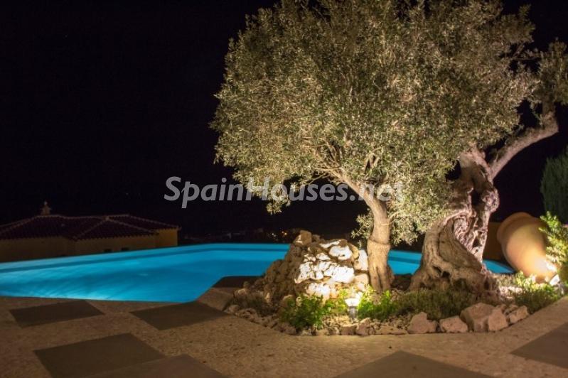 exterior nocturna 3 - Lujosa casa vestida de piedra en Benitachell (Costa Blanca) con vistas panorámicas al mar