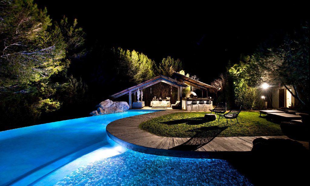exterior nocturna 6 1024x615 - Casa rústica y moderna en Ibiza (Baleares): diseño mediterráneo que enamora