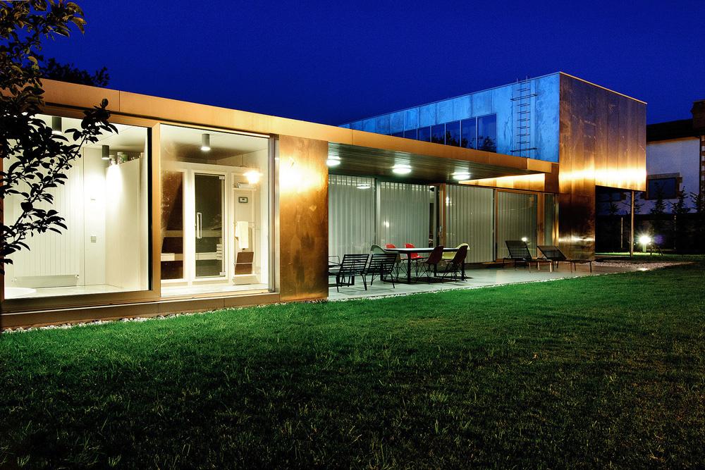 exterior nocturna11 - Interesante casa de estilo industrial entre los verdes campos de Cantabria