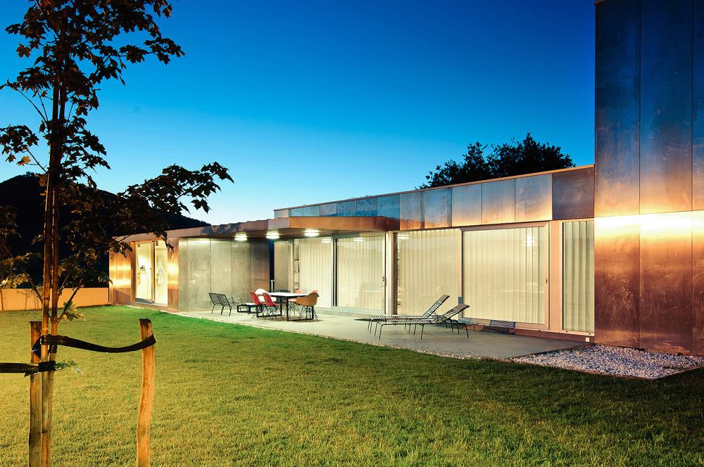 exterior nocturna2 - Interesante casa de estilo industrial entre los verdes campos de Cantabria