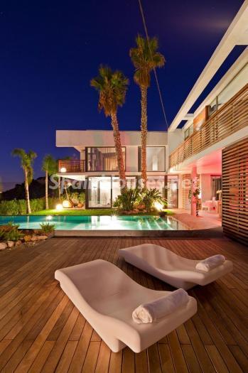 exterior nocturna3 - Preciosa y moderna villa llena de exclusividad en Benidorm, Costa Blanca