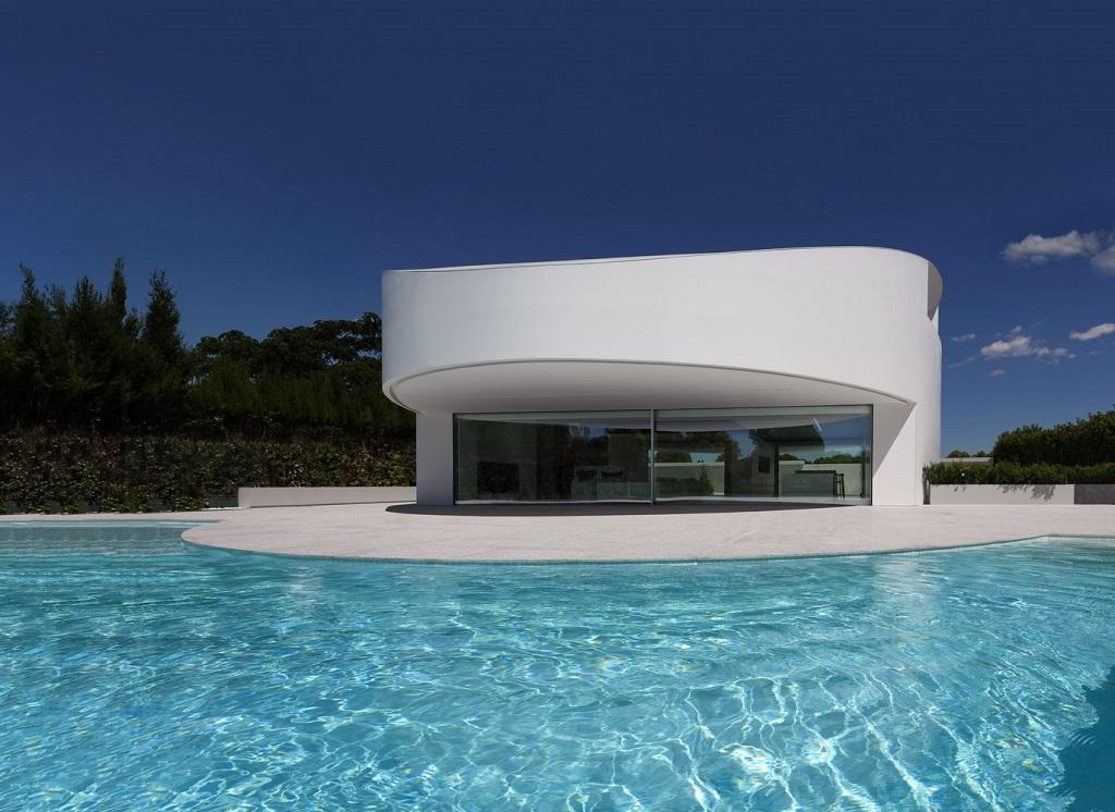 exterior piscina1 - Espectacular casa de diseño elíptico en el campo de golf de Bétera, Valencia