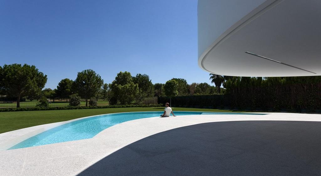 exterior piscina2 - Espectacular casa de diseño elíptico en el campo de golf de Bétera, Valencia