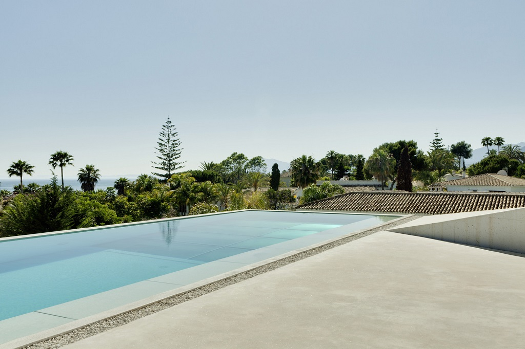 exterior piscina3 - Genial casa en Marbella y una espectacular piscina transparente en el techo para disfrutar