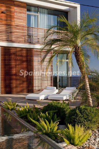 exterior tumbonas - Preciosa y moderna villa llena de exclusividad en Benidorm, Costa Blanca