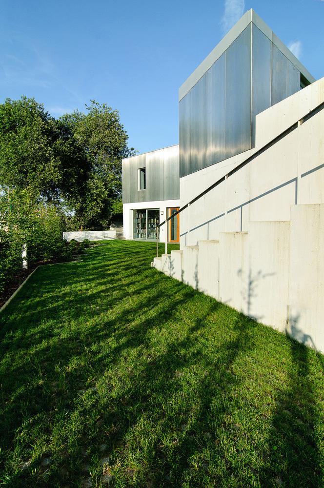 exterior13 - Interesante casa de estilo industrial entre los verdes campos de Cantabria