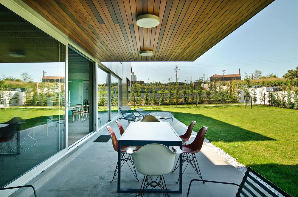 exterior23 - Interesante casa de estilo industrial entre los verdes campos de Cantabria