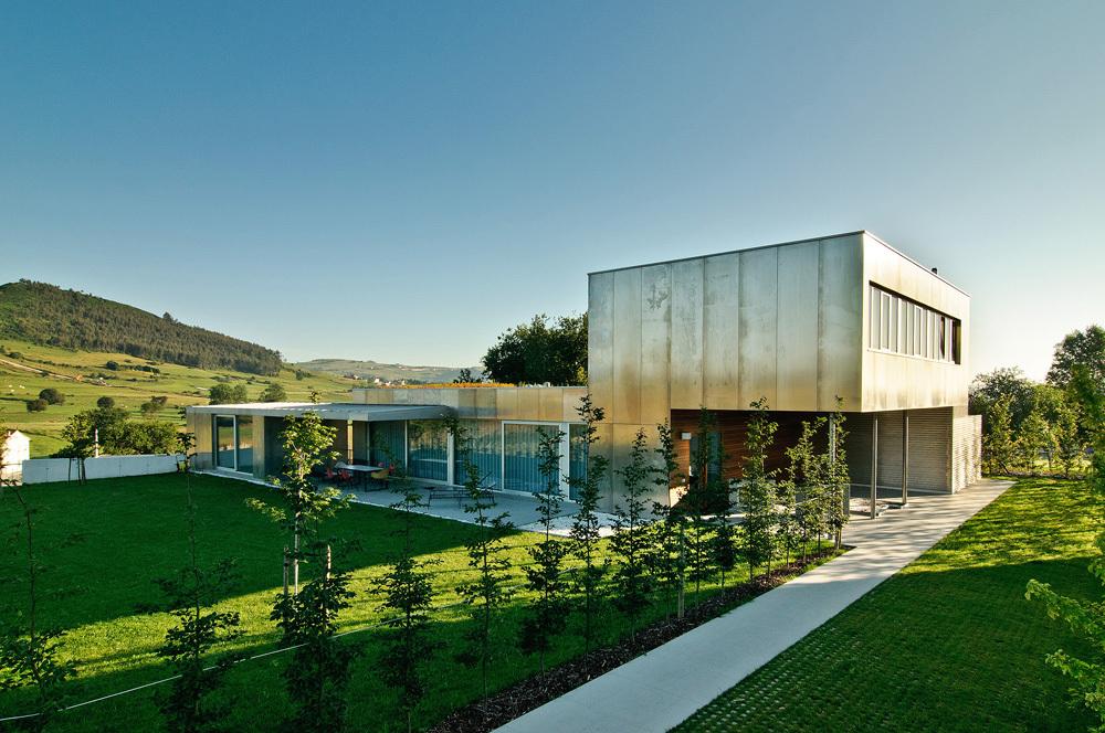 exterior7 - Interesante casa de estilo industrial entre los verdes campos de Cantabria