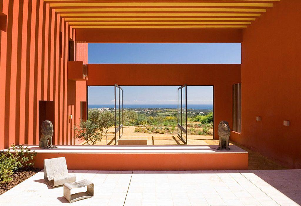 exteriorvistas 1024x701 - Inspiración, color y elegancia en una preciosa casa en Sotogrande (Costa de la Luz, Cádiz)