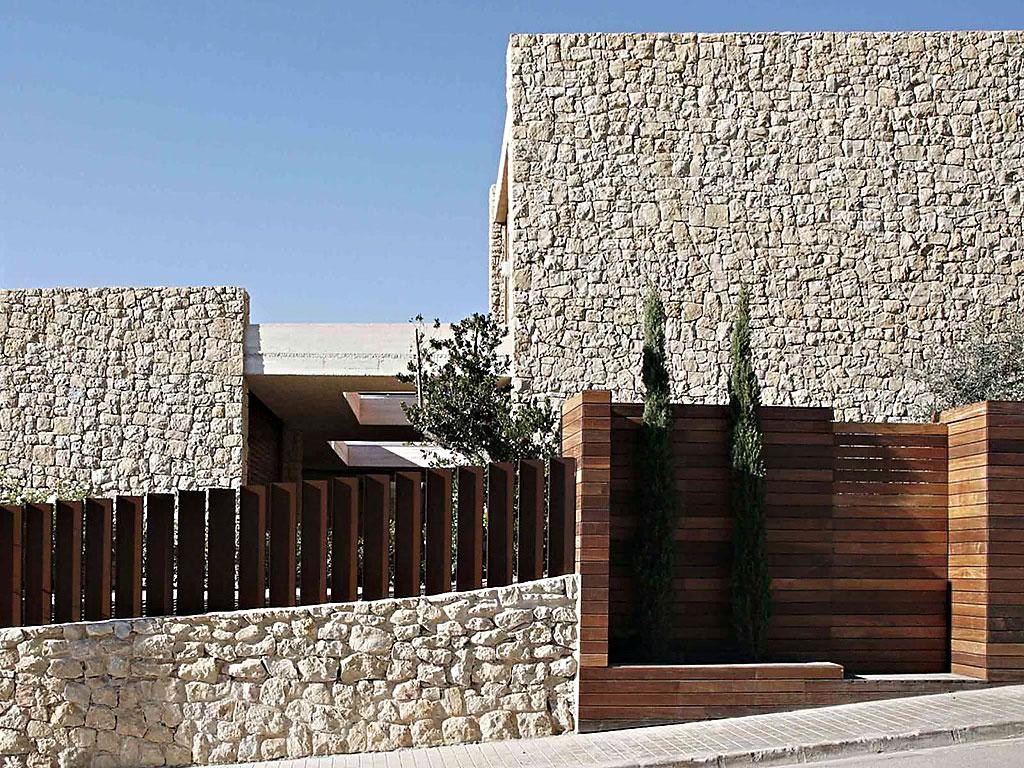 fachada1 - Muros de piedra y patios en busca de luz en una espectacular casa en Valencia