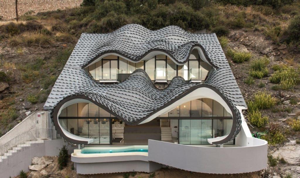 fachadaypiscina 1024x608 - Casa modernista en Salobreña (Granada) o dragón imponente que se asoma al mar