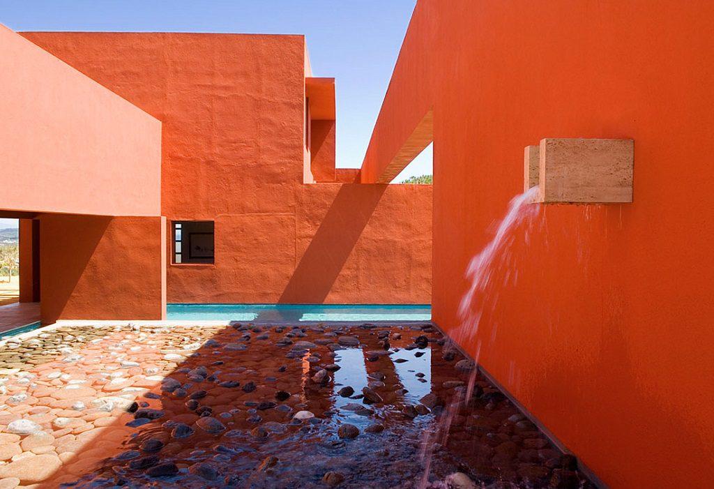fuenteyestanque 1024x701 - Inspiración, color y elegancia en una preciosa casa en Sotogrande (Costa de la Luz, Cádiz)