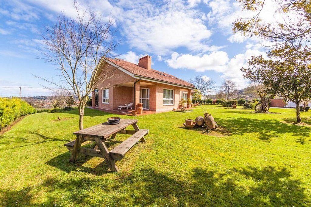 gijon asturias 1024x682 - De verde y primavera: 18 espectaculares casas con un amplio y soleado jardín
