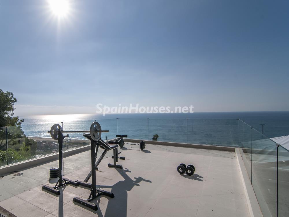 gimnasio exterior - Casa minimalista transparente, diáfana y abierta al mar en Castelldefels (Barcelona)