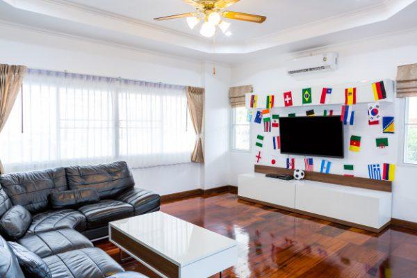 habitacion moderna con tv y banderas para el campeonato de futbol 2014 1232 2913 600x400 - Las mejores ideas para poner tu salón a punto para el Mundial Rusia 2018