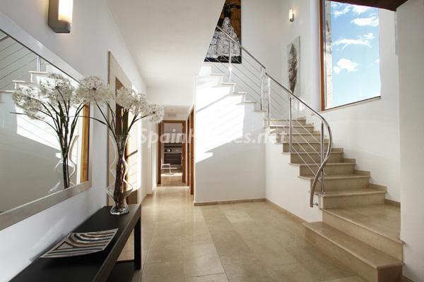hall1 - Vacaciones de lujo en una espectacular villa en Pollensa, Mallorca