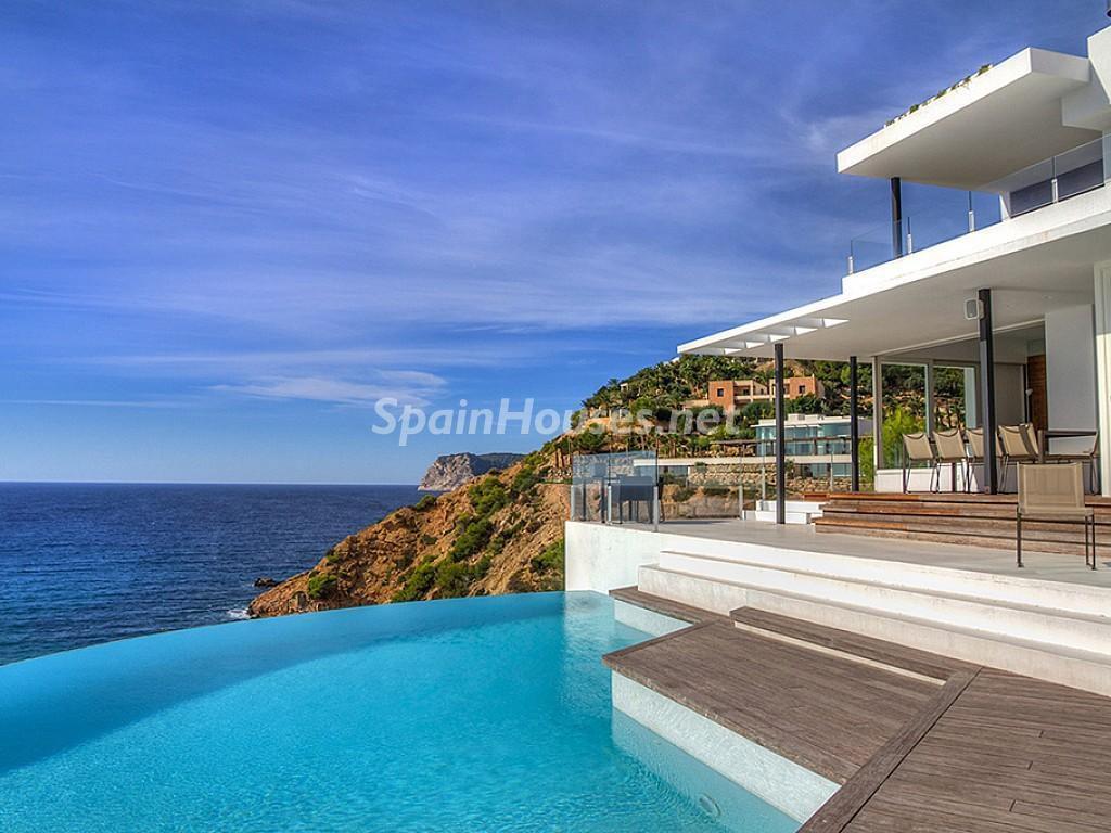 ibiza1 2 1024x768 - 15 preciosas y modernas casas con espectaculares piscinas que miran al mar