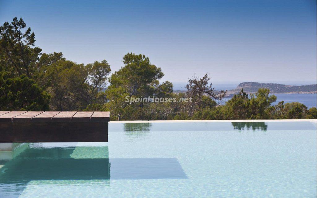 ibiza2 2 1024x640 - 15 preciosas y modernas casas con espectaculares piscinas que miran al mar