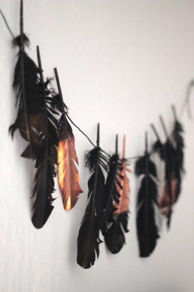 ideas de halloween para decorar guirnalda de plumas 03ee1dbb 736x1104 400x600 - Decoración de Halloween elegante y con estilo