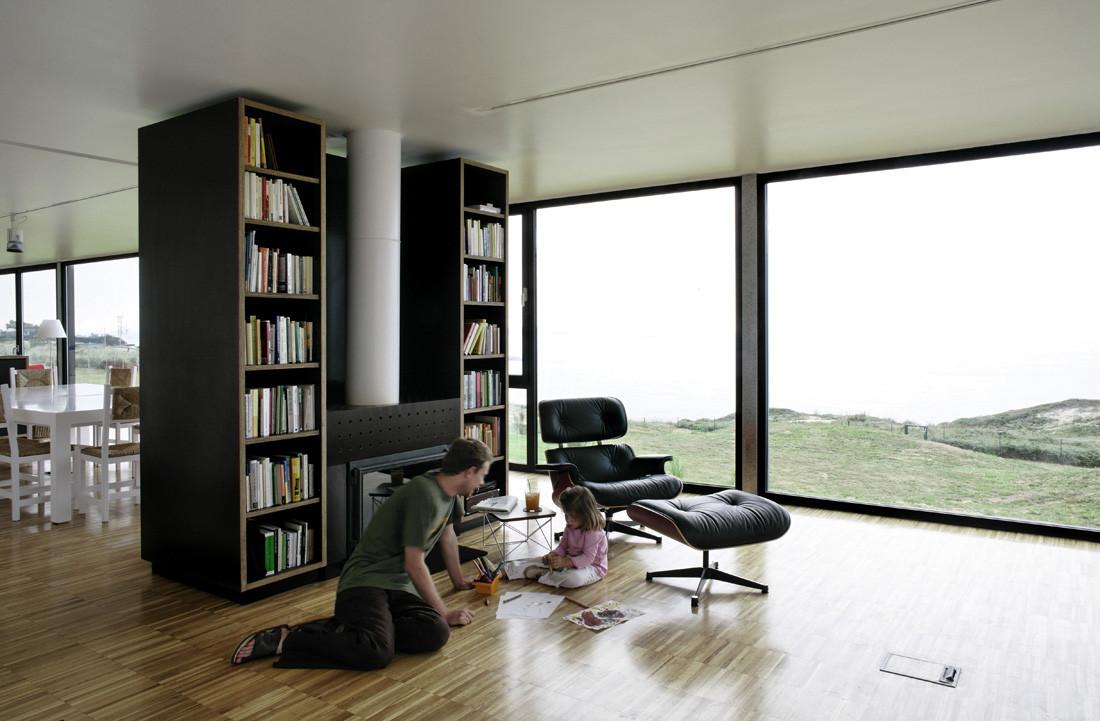 """interior luz - Casa Os: """"Techo verde"""" en el Cantábrico en busca de olas, viento y mar (Loredo, Cantabria)"""