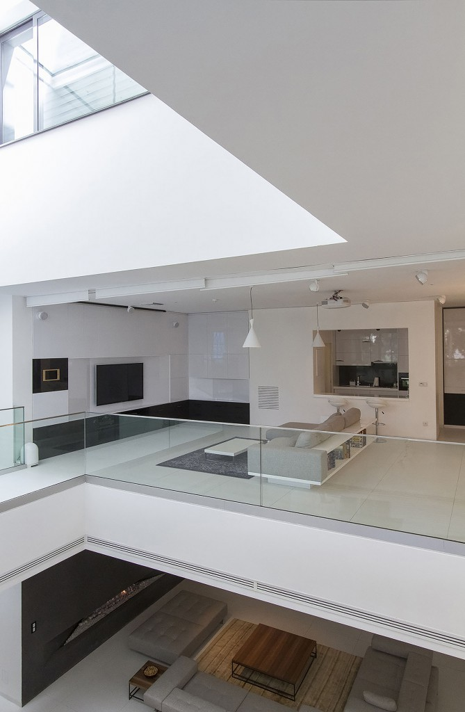 interior12 669x1024 - Casa Sharifi-ha, una fantástica vivienda que gira buscando el sol