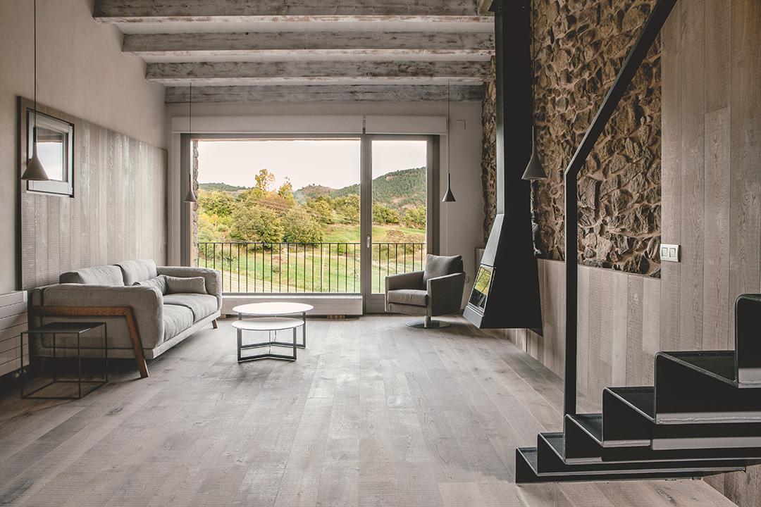 interiorchimenea - La calidez de la madera en una fantástica casa rehabilitada en La Cerdaña catalana